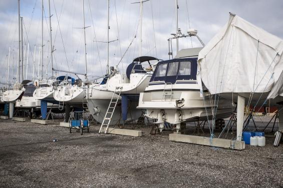 Polisens Båtsamverkanrekommenderar att drev och propellrar plockas hem när båten står på land. Lås även fast stegen när du lämnar båten.