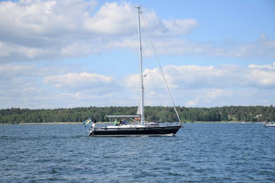 Båten på bilden är 14,5 meter lång och 4,6 meter bred. Således krävs det ett Kustskepparintyg för att få framföra den, men båten behöver inte registreras i Transportstyrelsen båtregister. Där är gränsen 15 meter eller längre.